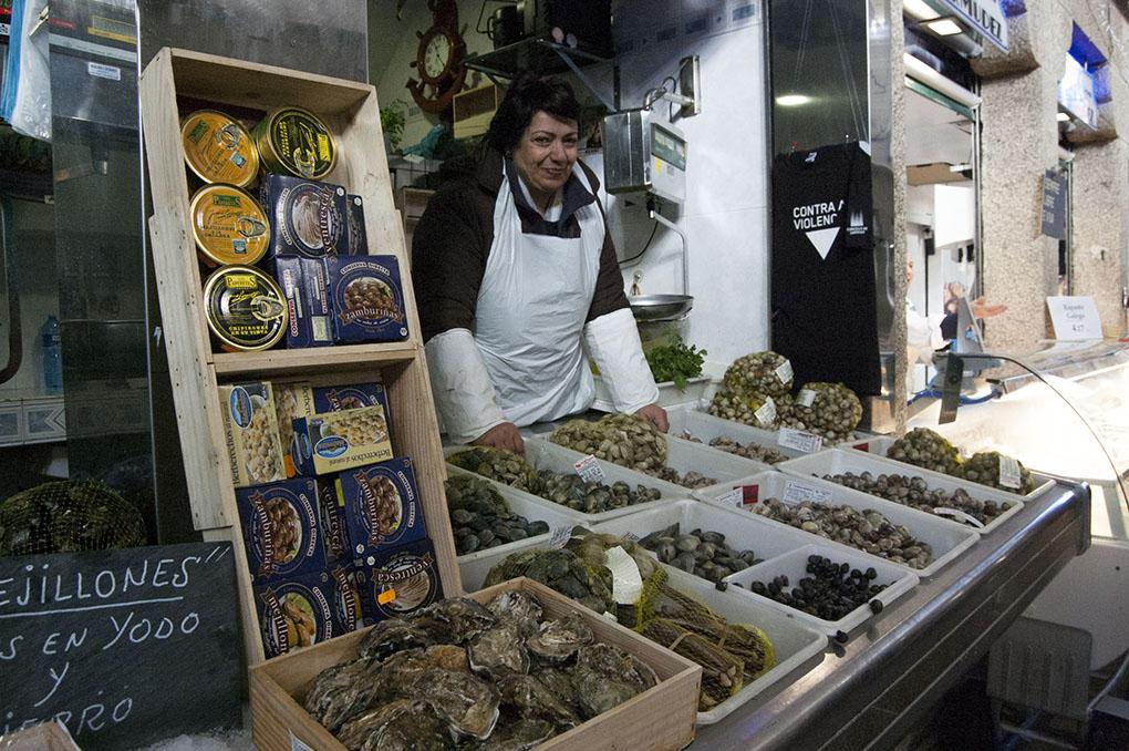 En el puesto de Dora Otero, las ostras son la estrella a degustar 'in situ'.