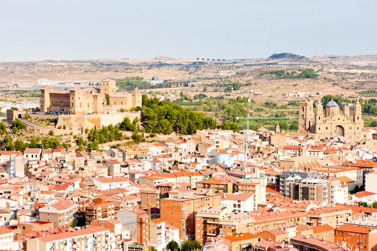 El pueblo de Alcañiz, con el Parador en lo más alto. Foto: shutterstock.
