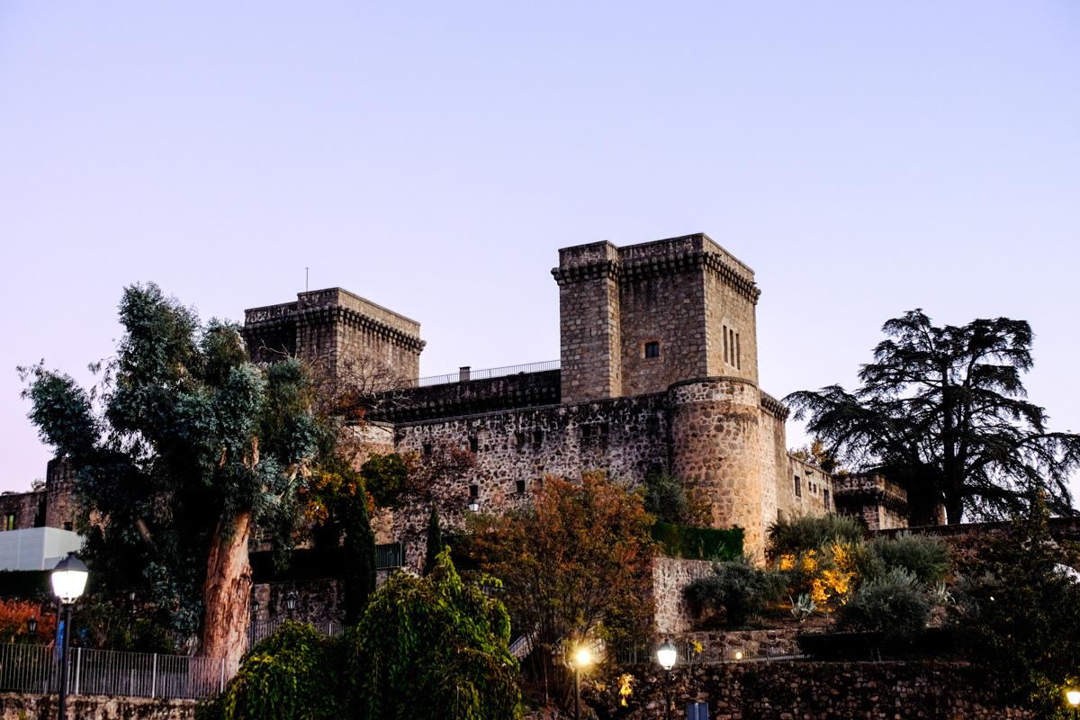 En el pueblo se alojó en un castillo, actual Parador Nacional, el emperador Carlos V.
