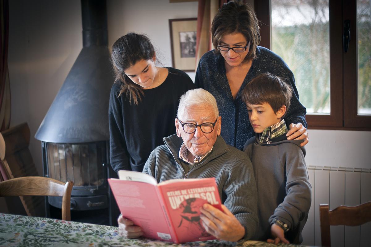 Familia leyendo.