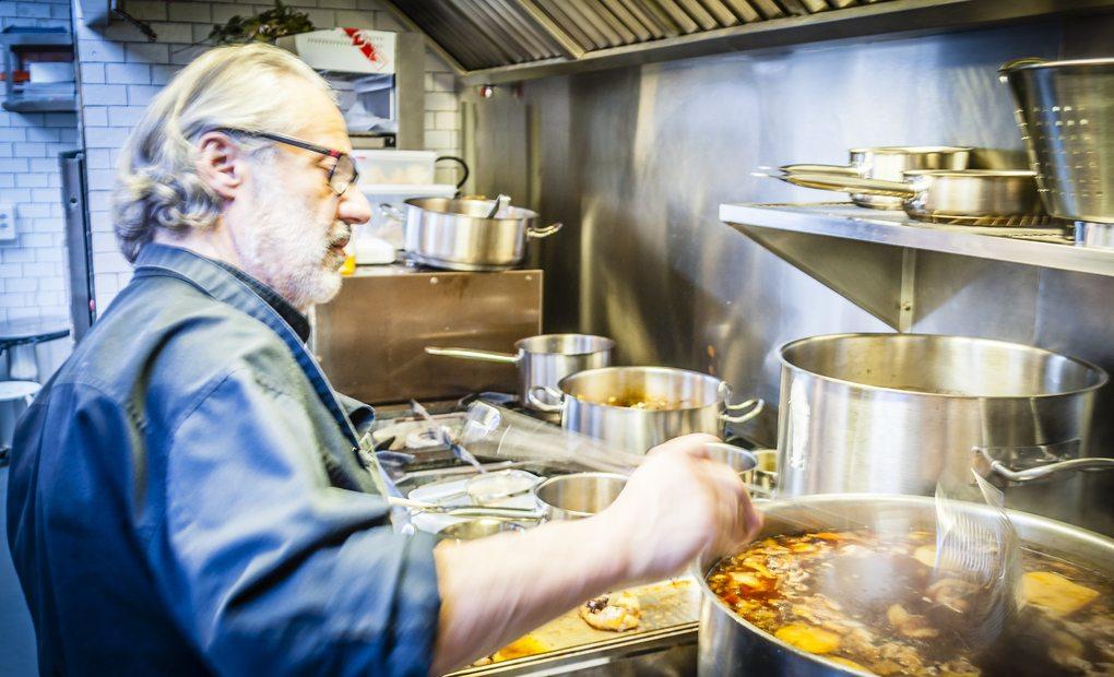 Manolo de la Osa en las cocinas de Adunia. Foto: Beto Troconis.