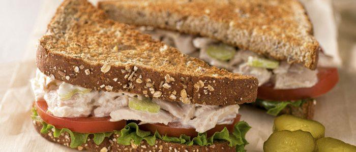 Sandwich de ensalada de bonito, un clásico que no pasa de moda.