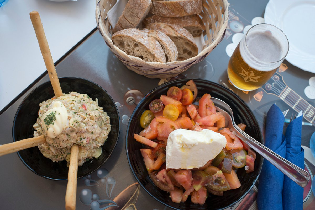 Bar Troita (Playa de Boa Grande): ensaladilla rusa y ensalada de tomate y queso de Cebreiro