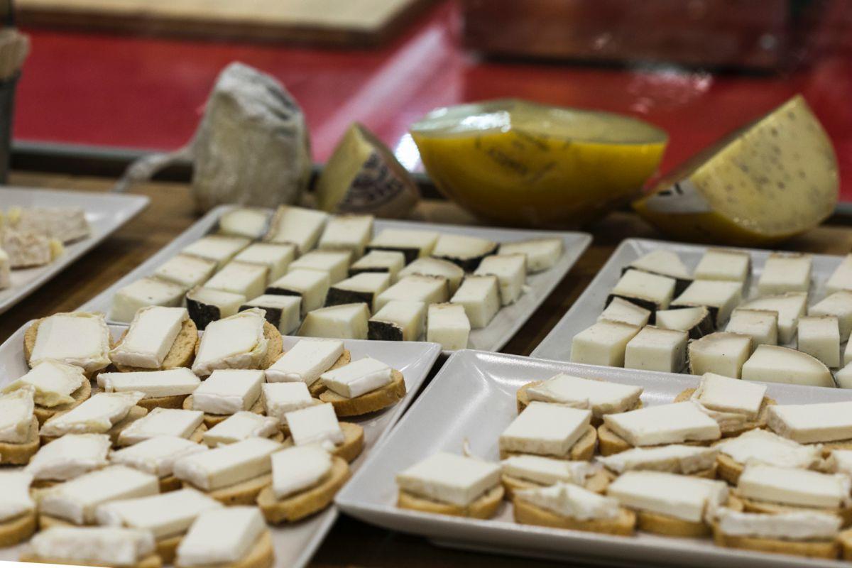 Variedad de quesos preparados para la cata que se celebra regularmente en el local.