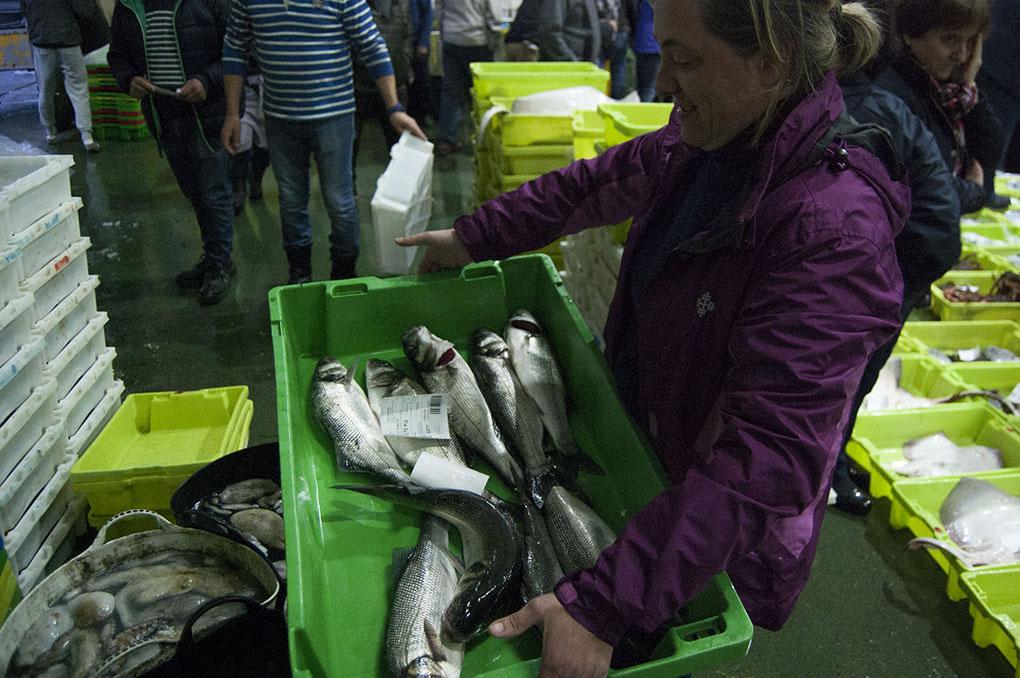 Nati Tubío ya tiene elegido el pescado que venderá en su puesto del Mercado de Abastos.