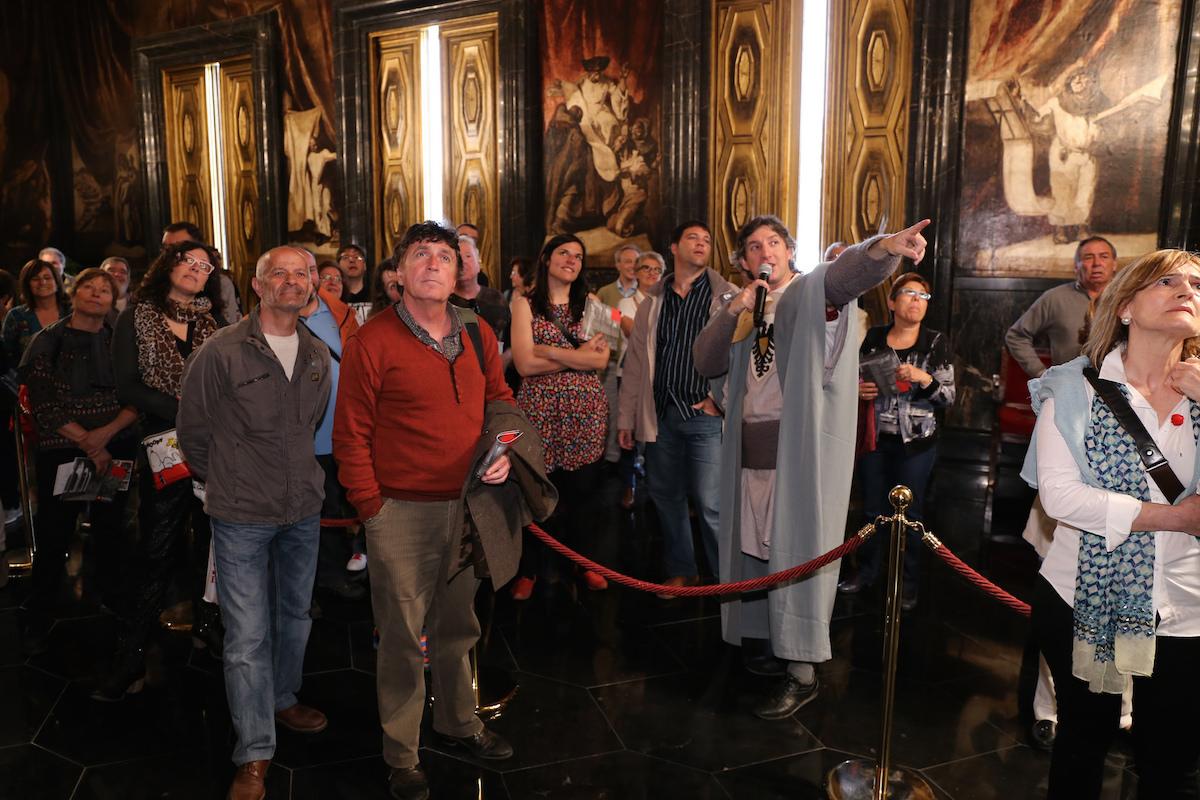 Visita teatralizada durante la diada de Sant Jordi.