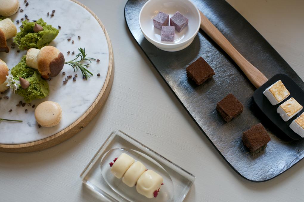 Los dulces que acompañan al café en el saloncito del que tanto trabajo cuesta irse