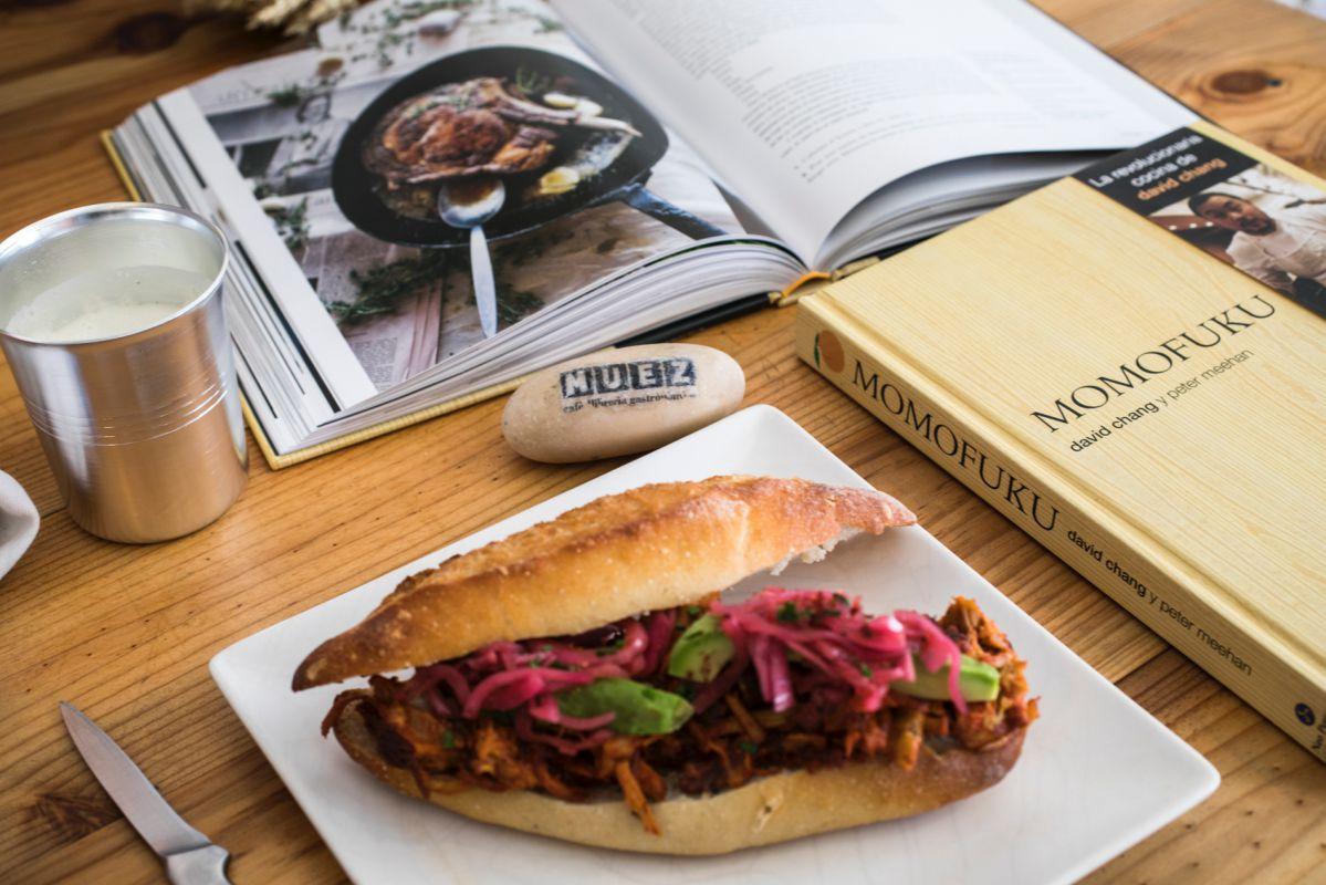 Un bocata de cochinita pibil es el plato fusión inspirado en este libro del chef coreano-americano que triunfa.