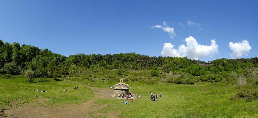 La famosa ermita medieval en el interior del cráter de Santa Maragarida. Foto: Rubén (@surfzone) / Flickr CC.