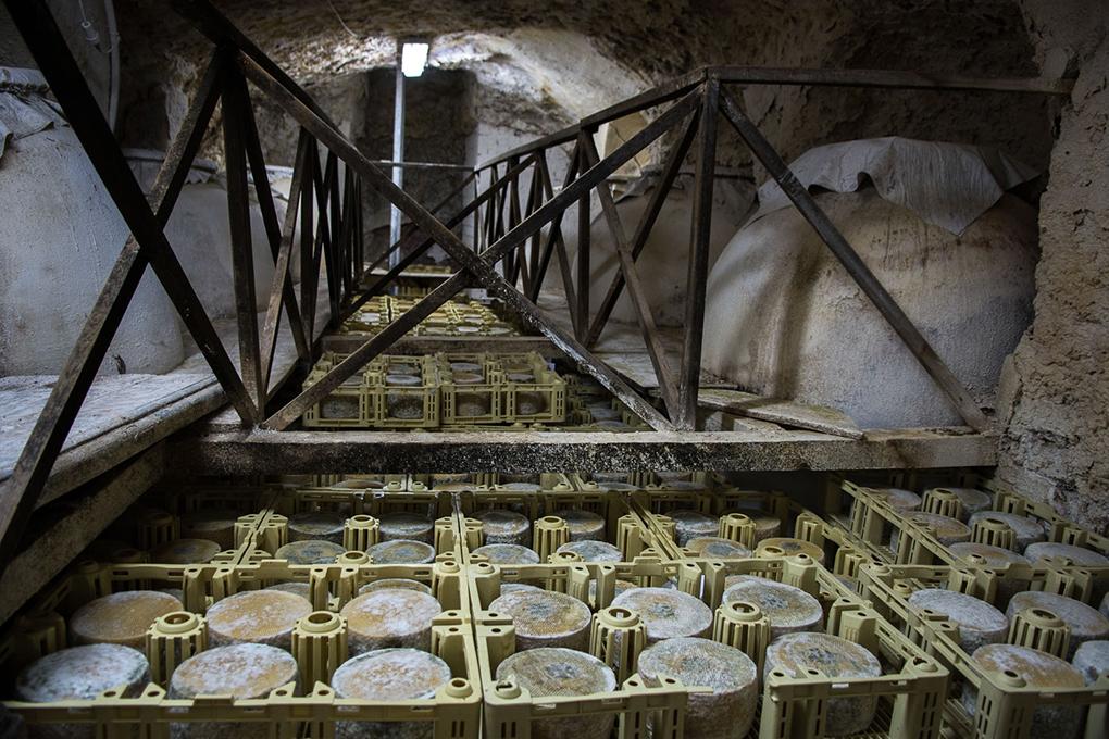Esta cueva, idéntica a la que utilizaban los pastores para curar el queso, permite un proceso de maduración natural.