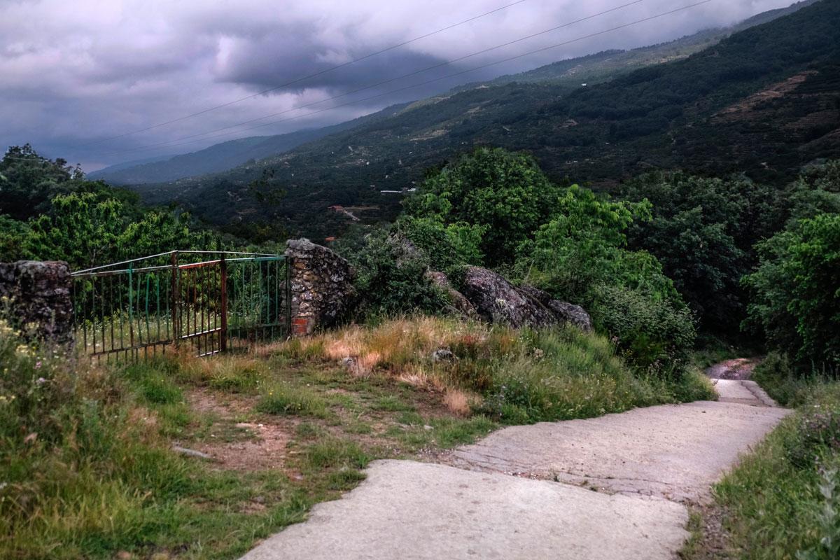 Subiendo del pueblo, esta es una parte del camino que lleva hasta el alojamiento rural.