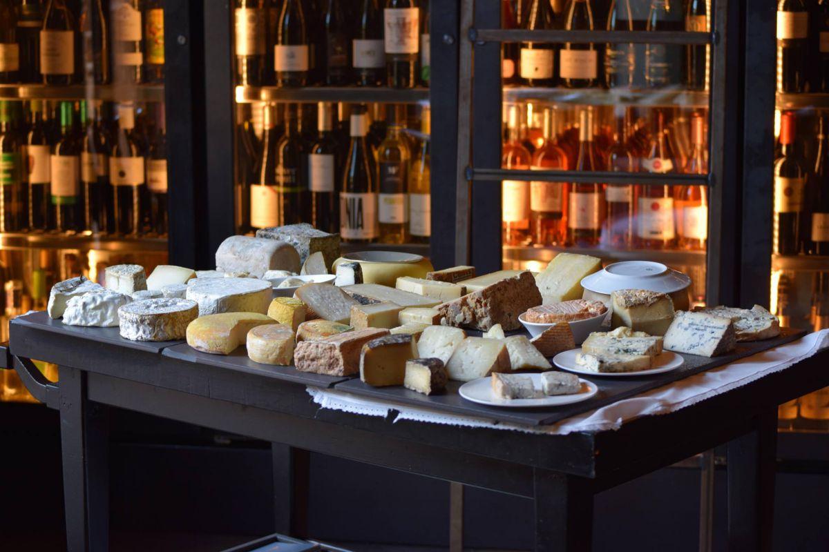 El sumiller Toni Gerez selecciona los quesos del restaurante.
