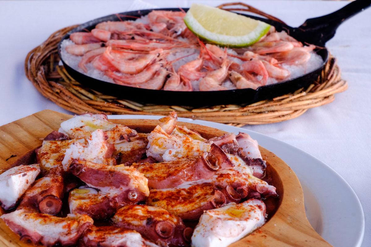 Al escritor y su mujer les gustaba El Golfo. En el restaurante 'La Lapa' se pueden seguir sus pasos con mariscos y pescados.