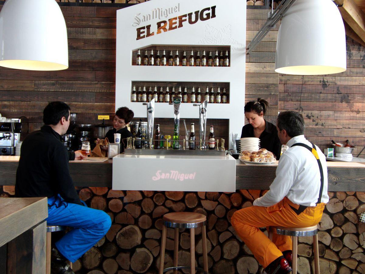 En la barra de 'El Refugi' se entra rápidamente en calor. Foto: Baqueira.