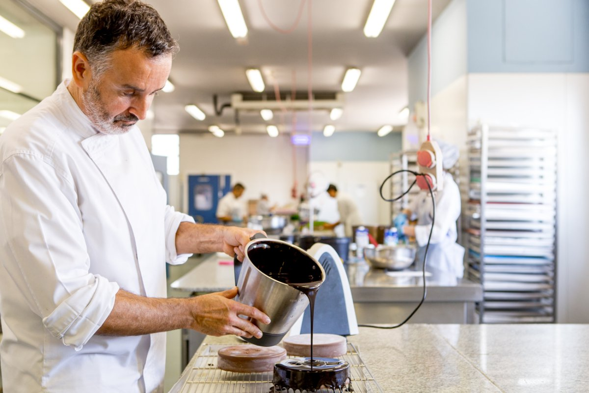 Pastelería y obrador Tugues (Lleida): el pastelero Jordi Tugues napando una tarta Sacher