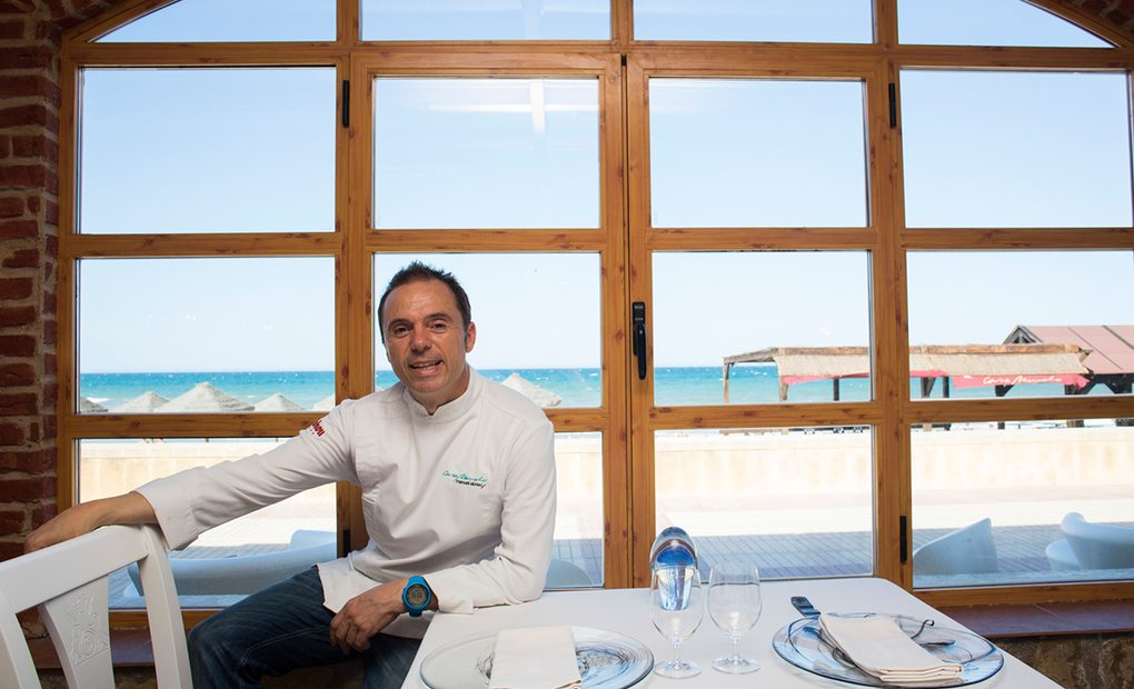 El cocinero Manuel Alonso en la sala de su local.