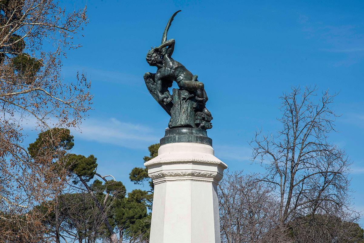 ¿Quién no ha buscado en el parque al 'Ángel Caído'? Todo por una foto con el demonio.