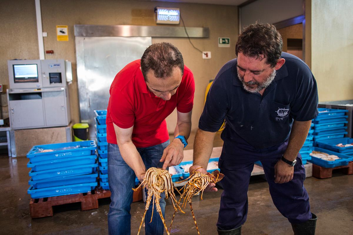 Manuel Alonso seleccionando el producto para su cocina en la lonja de Gandía.