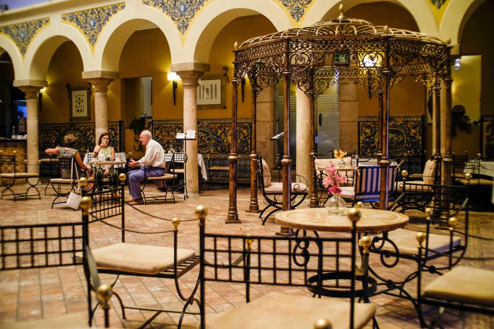 El vestíbulo del hotel invita a relajarse antes o después de recorrer la ciudad.