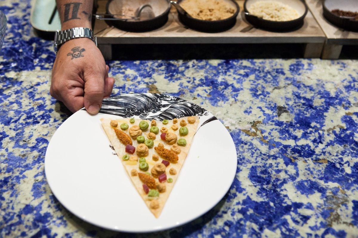 Pizzeta de mar sobre la barra de lapislázuli.