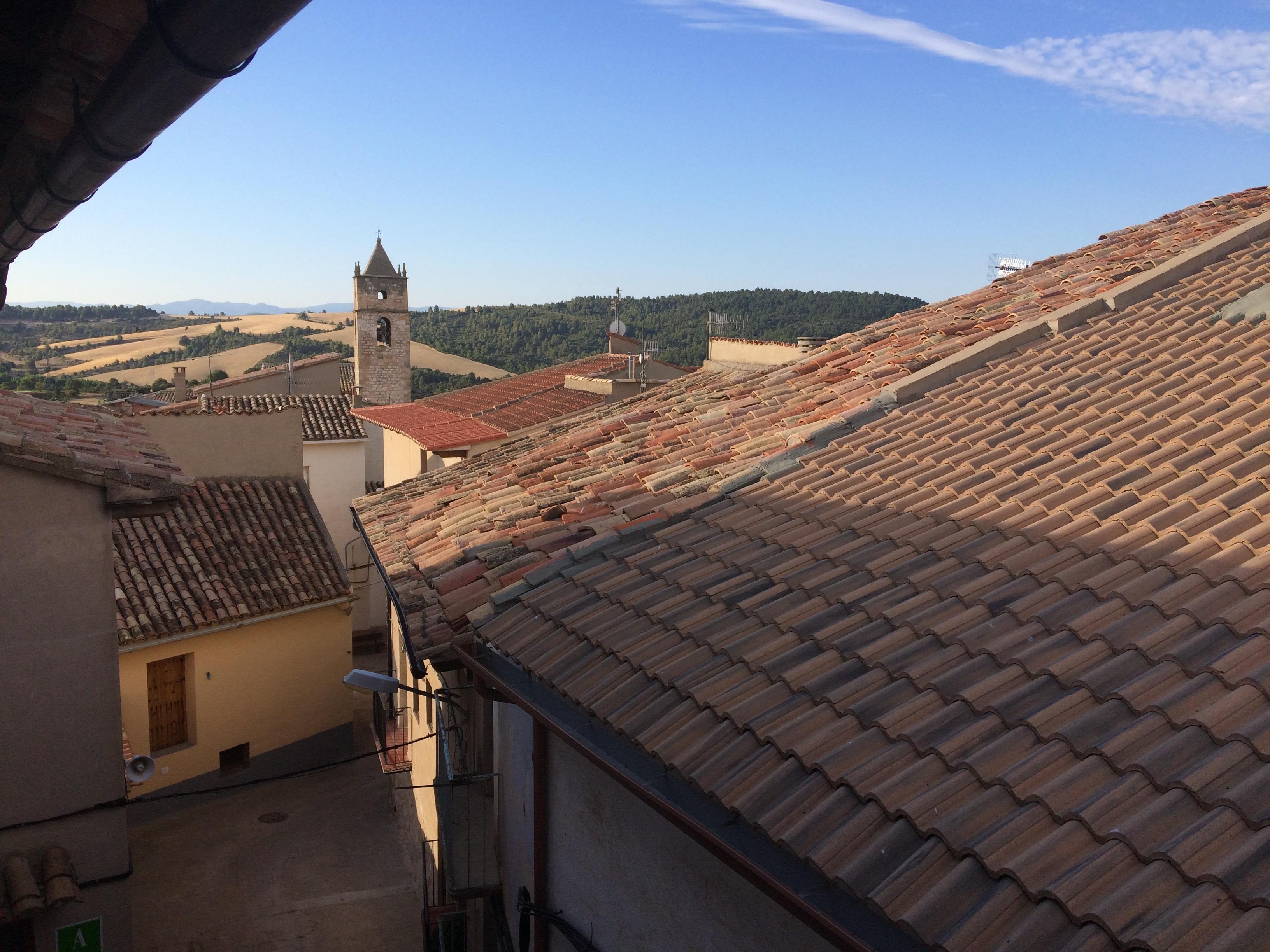 Vistas sobre la iglesia de la Ginebrosa, desde los Apartamentos 'La Morada'.