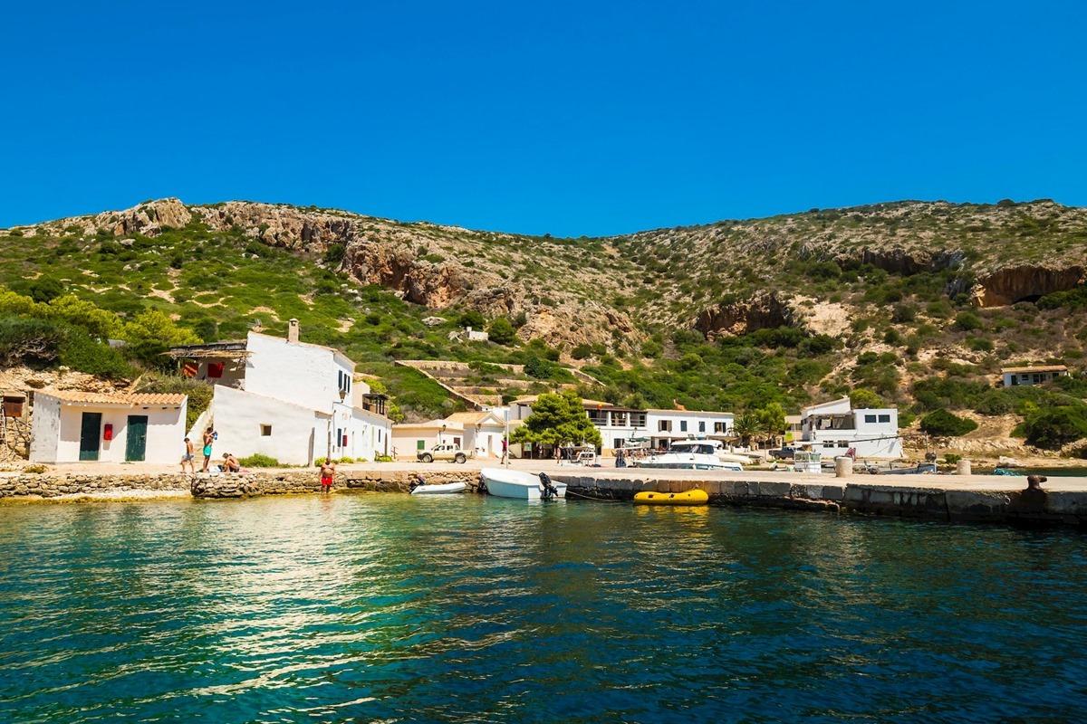 No es la edificación de Cabrera el reclamo turístico más importante, sino su naturaleza salvaje. Foto: Agestock.