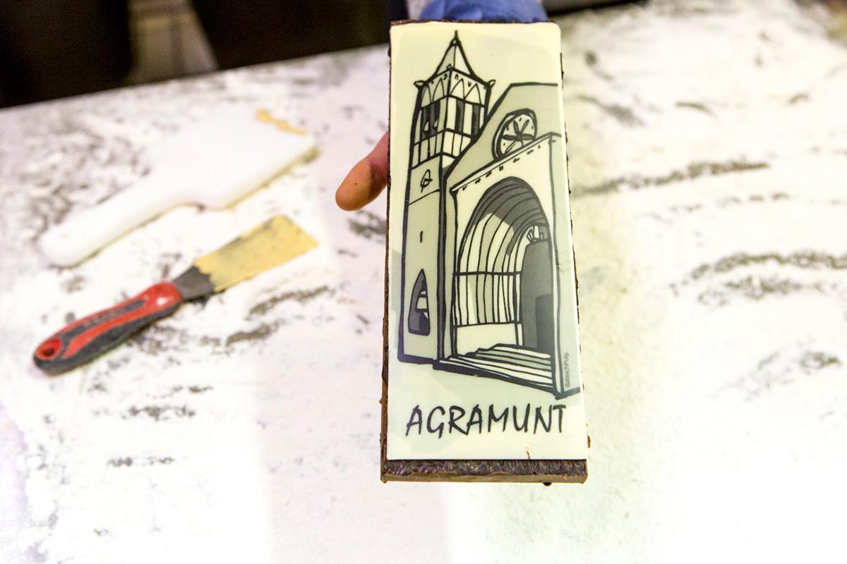 Turrón de autor 'Mil hojas de amendra', homenaje a Agramunt, con un dibujo de la iglesia de Santa María.