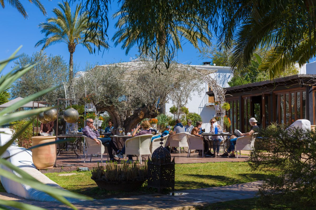 En la terraza de uno de sus restaurantes, los clientes disfrutan de auténtica cocina mediterránea.