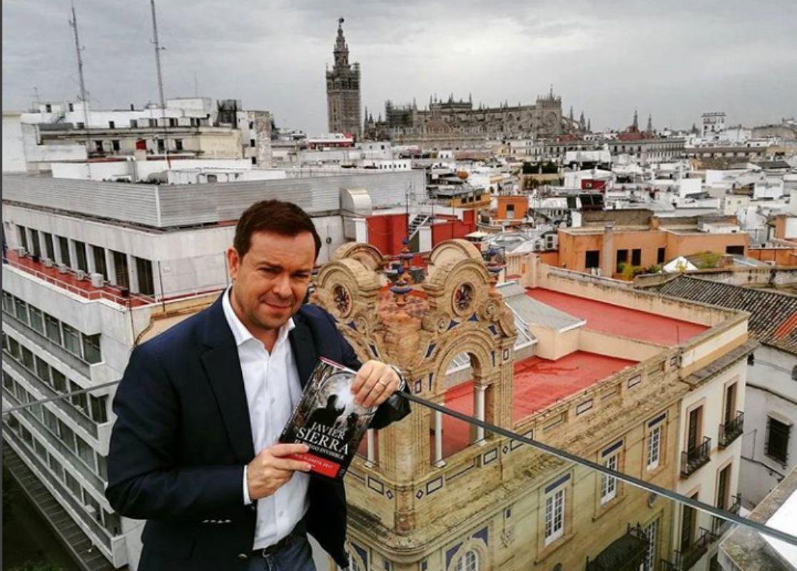 El novelista durante la presentación en Sevilla de su libro.