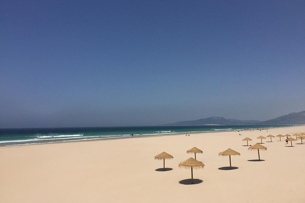 En la imagen no lo parece, pero Los Lances es la playa más vinculada a la ciudad. Foto: Maite Bernal.