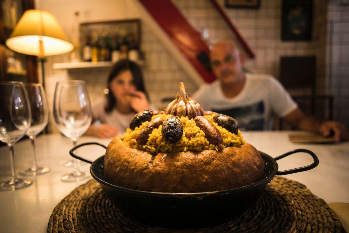 En 'Bodega La Peseta' lo cocinan sobre una calabaza.
