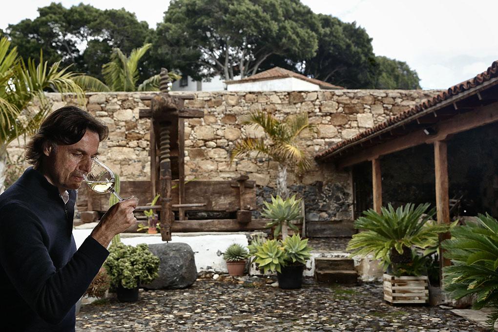Enrique Alfonso en el patio de su bodega, presidido por un lagar de 1822.