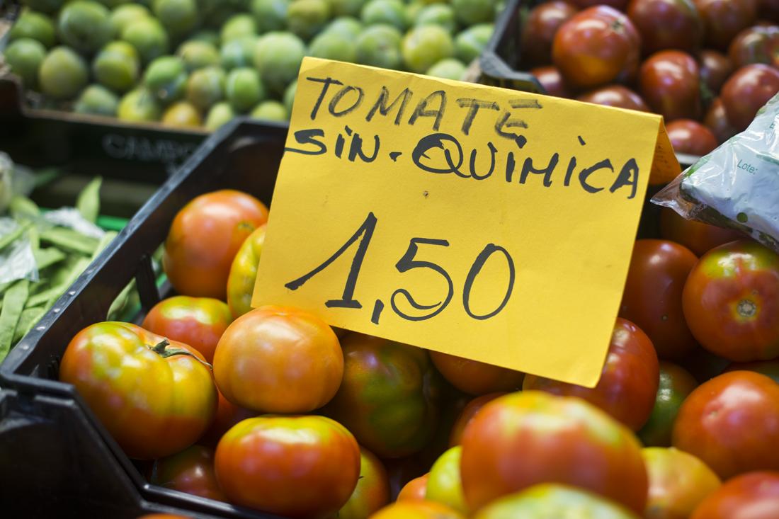 Tomates sin trampa ni cartón procedentes de pequeñas huertas de aldea.