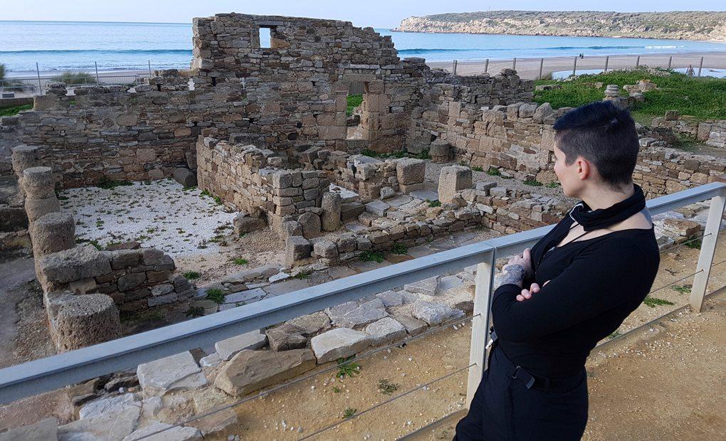 Clara frente a las ruinas de Baelo Claudia.