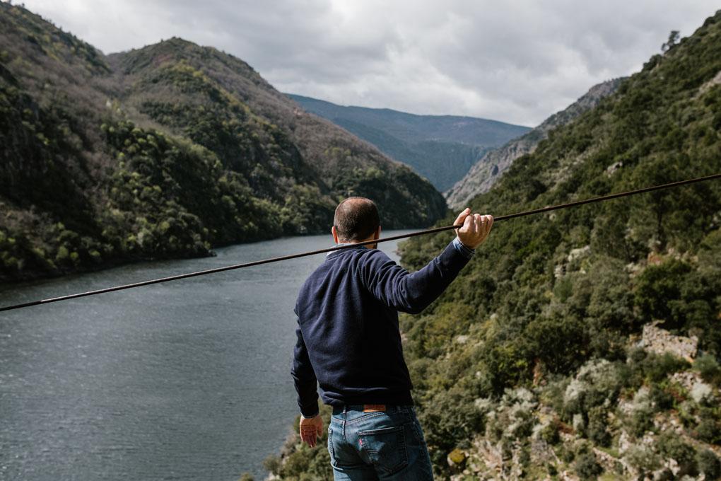 Carlos se asoma a 'Finca Lobeiras' sujeto a uno de los cables imprescendibles para subir la uva durante la vendimia.