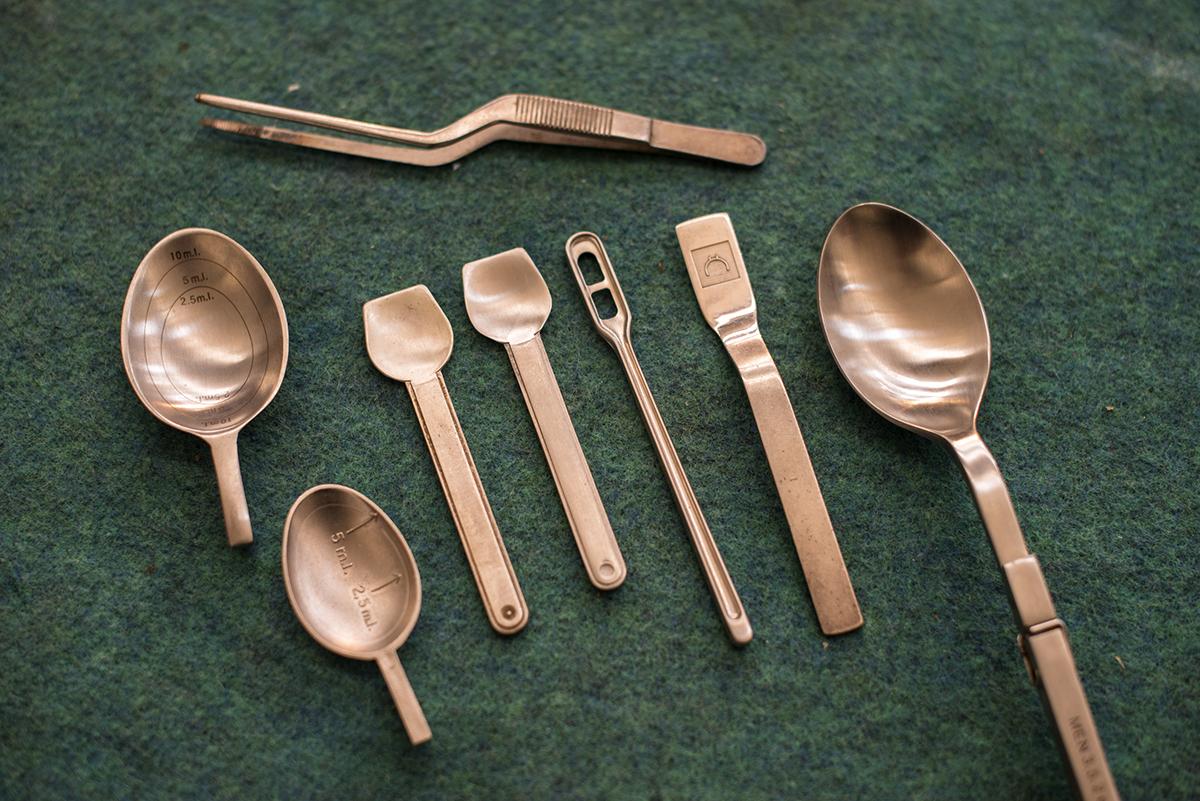 Experimentos fusión con Adriá. Cucharillas de jarabe, café y helado fundidas en cobre.