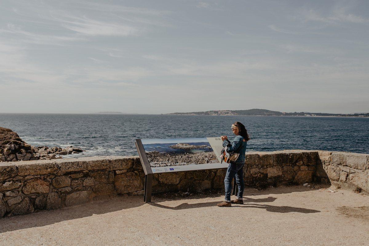 El mar siempre está presente. Aquí en la ermita de Nuestra Señora de la Lanzada.