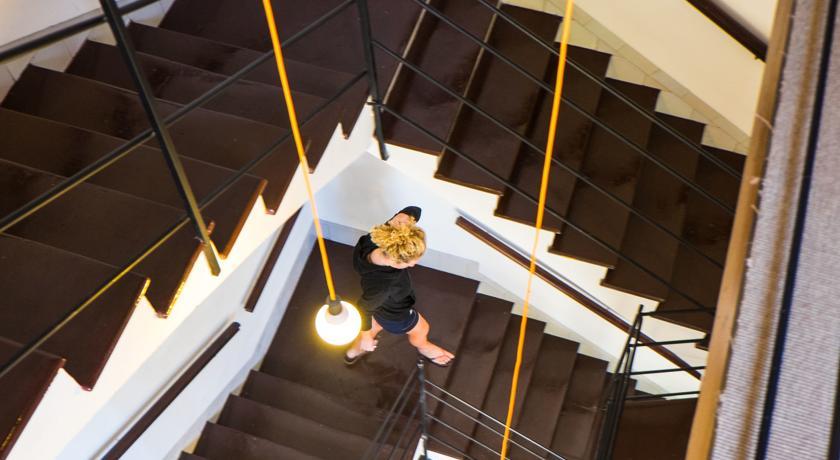 Una persona bajando las escaleras del Urban Hostel Palma
