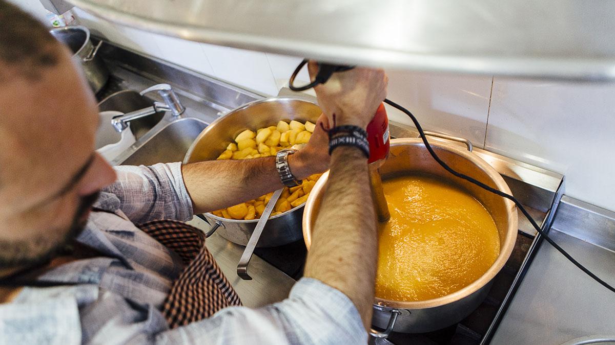 Casi cada día se preparan mermeladas en la cocina de 'Les Eroles'.