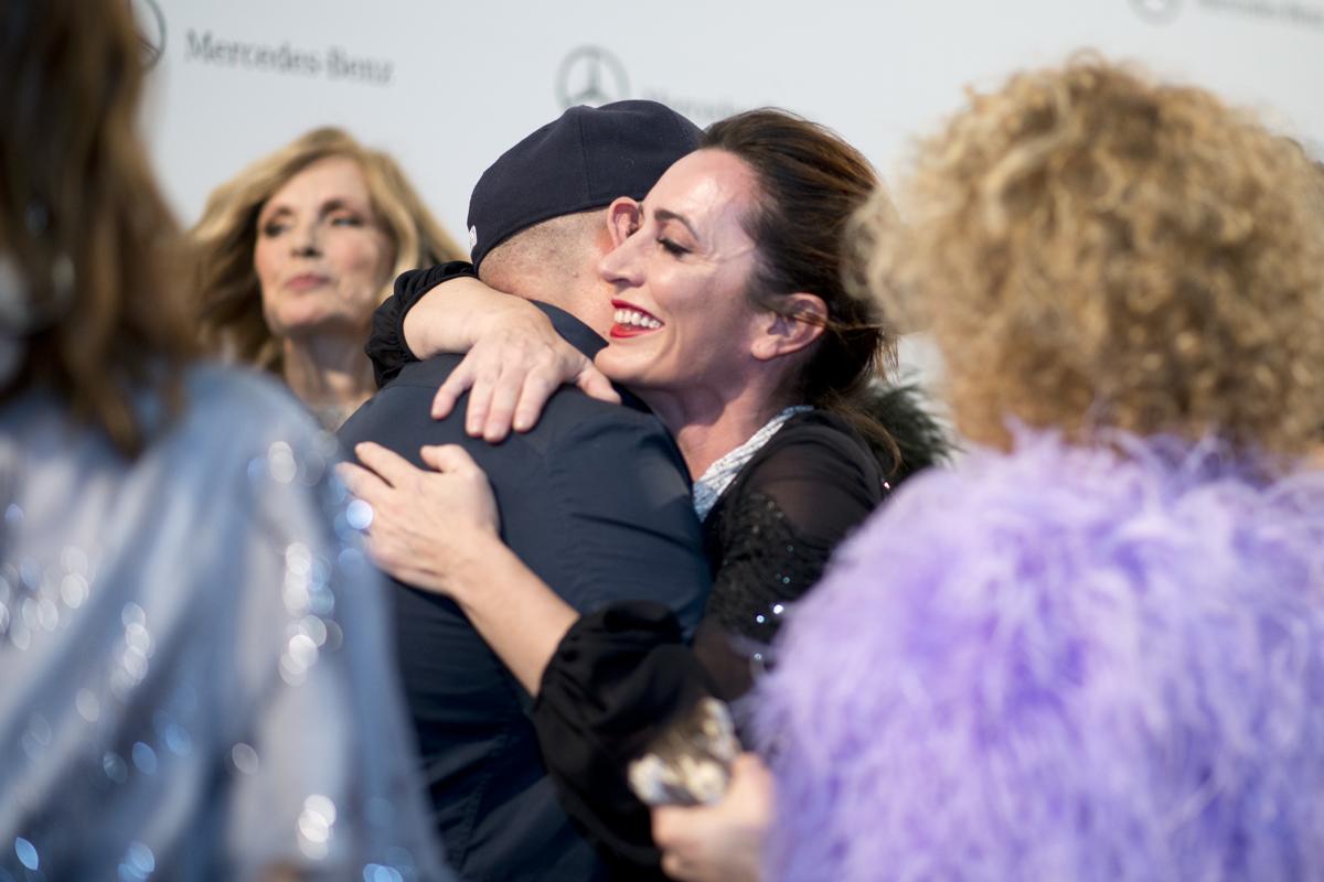 La cocinera Begoña Rodrigo (La Salita) y el diseñador Juan Duyos se abrazan al acabar el desfile.