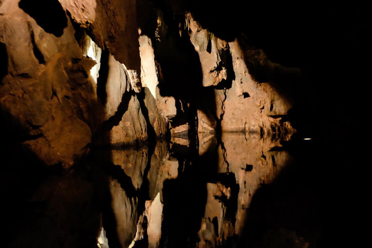 En algunas partes de la travesía el techo de la cueva se confunde con su reflejo en el agua.