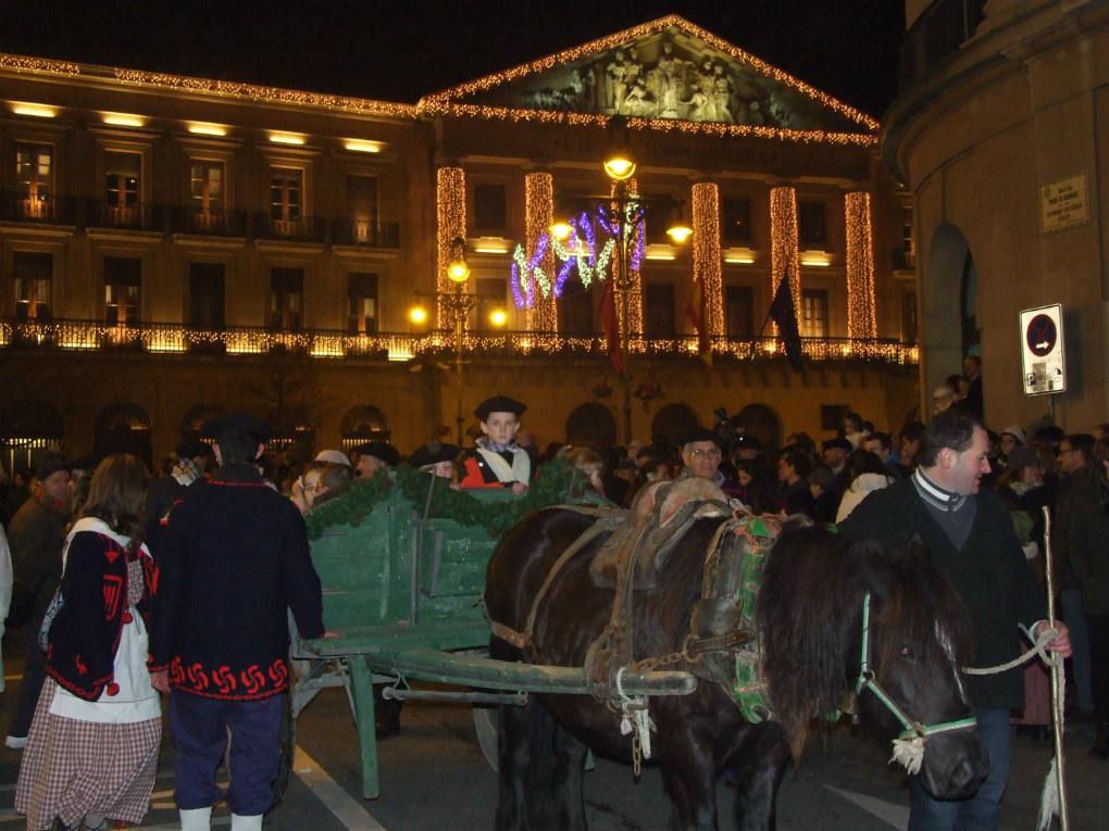 El desfile pasa por el edificio del Gobierno de Navarra. Foto: Asociación Amigos de Olentzero de Pamplona.