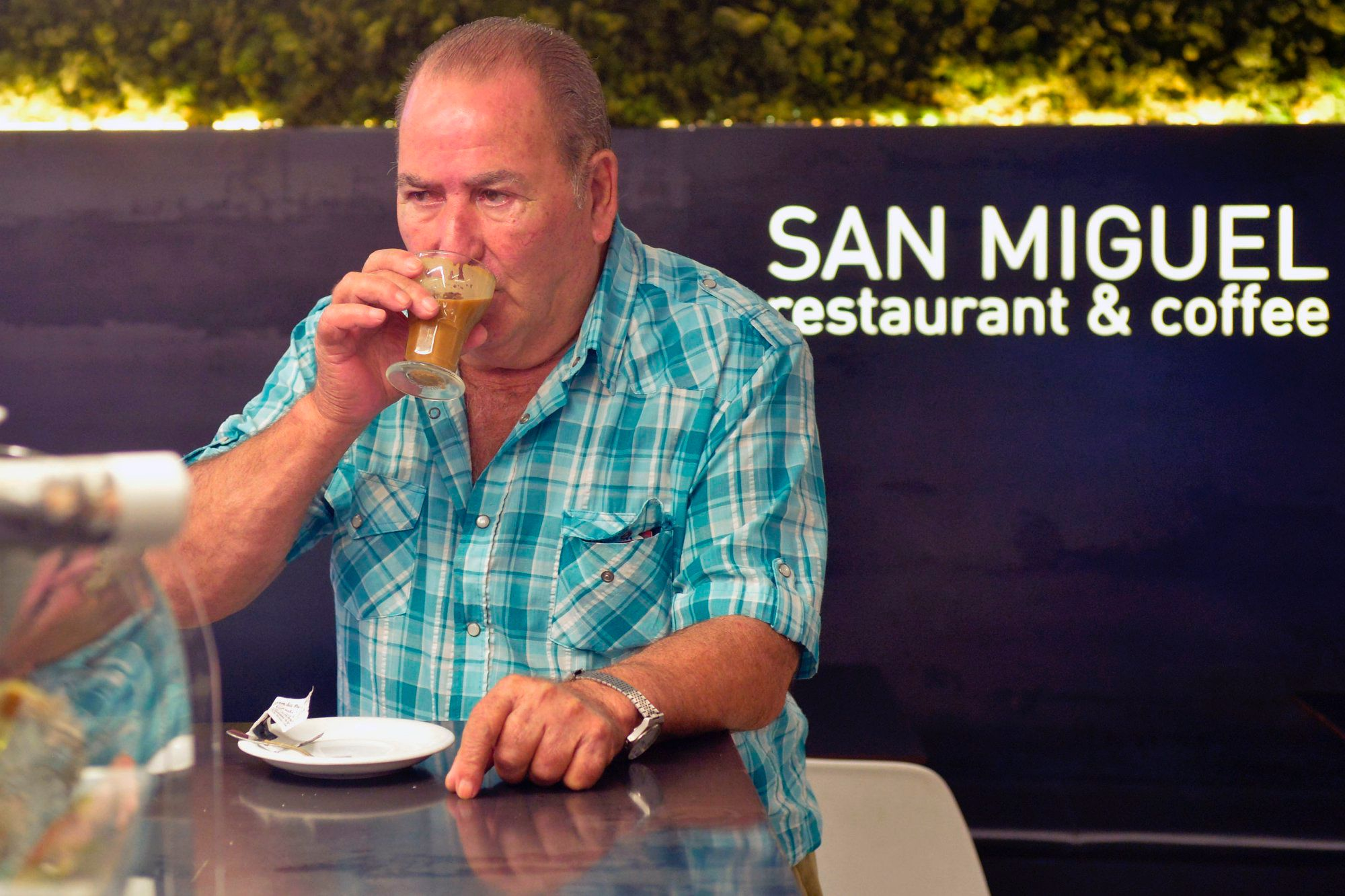 Café asiático de Cartagena (Murcia): señor tomándose un café asiático