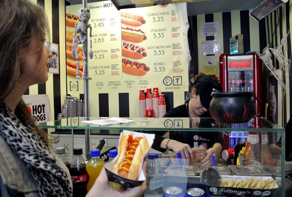 El placer de un perrito nocturno en Feltman's Hot Dog / Foto: C.M.