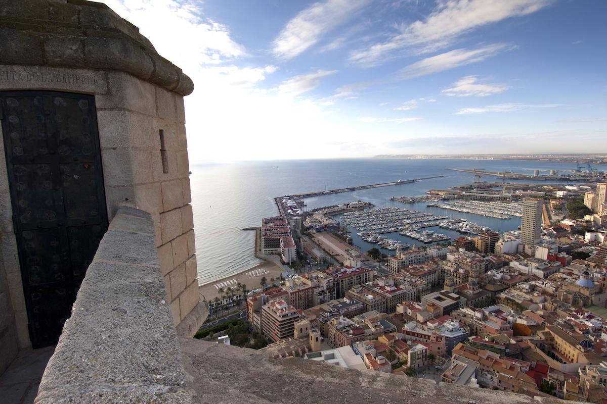 Vistas desde el castillo de Santa Bárbara. Foto: Turismo de Alicante.