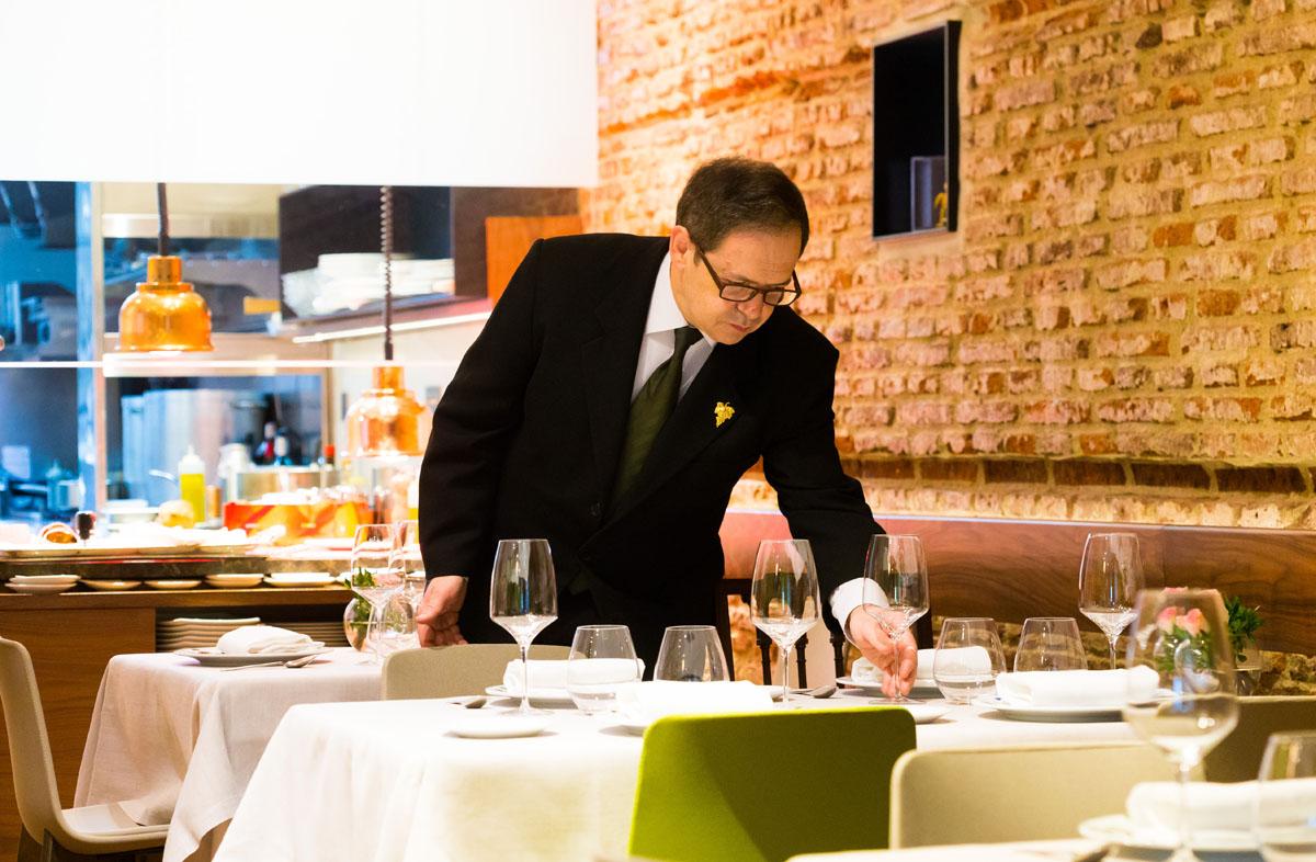 Luis González, mano derecha de Mario Vallés, ultima los detalles de una mesa.