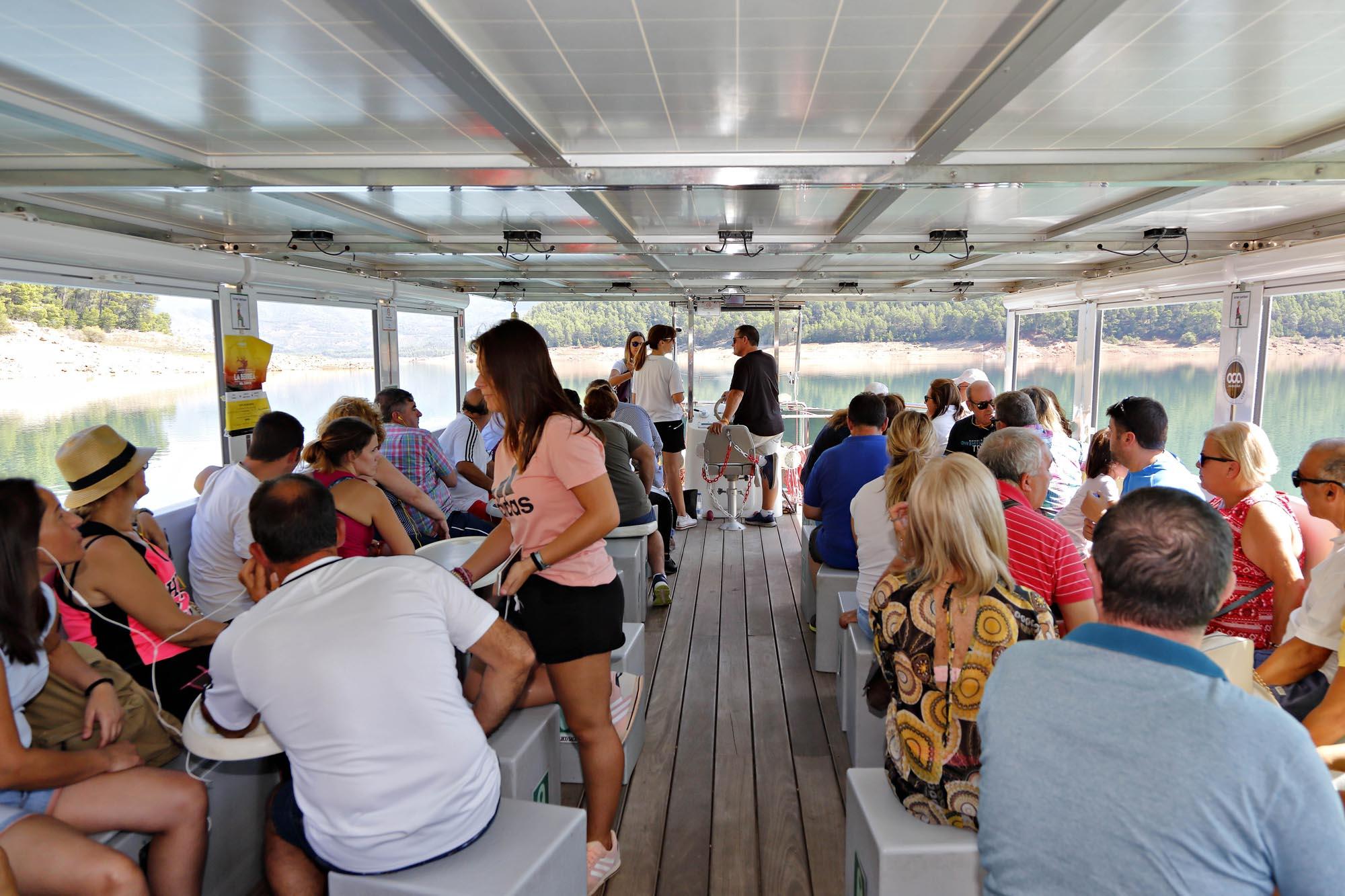 El barco tiene capacidad para 60 personas. Ofrece audioguía y servicio de bar durante el trayecto.