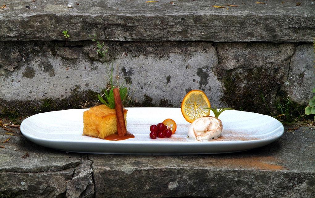 Torrija de sobao pasiego con helado mantecado y crema de orujo de Liébana.
