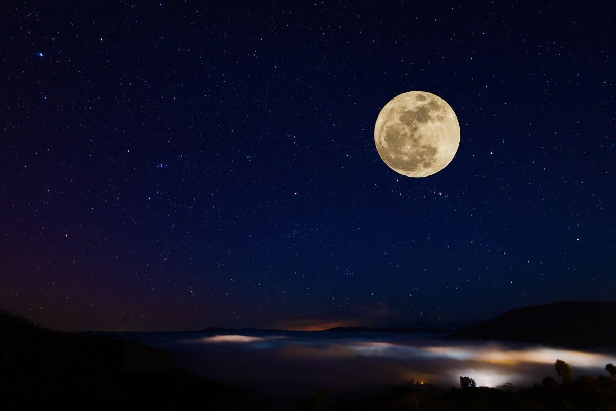 La luna muestra su cara marcada con oscuros mares lunares y cráteres. Foto: Shutterstock.