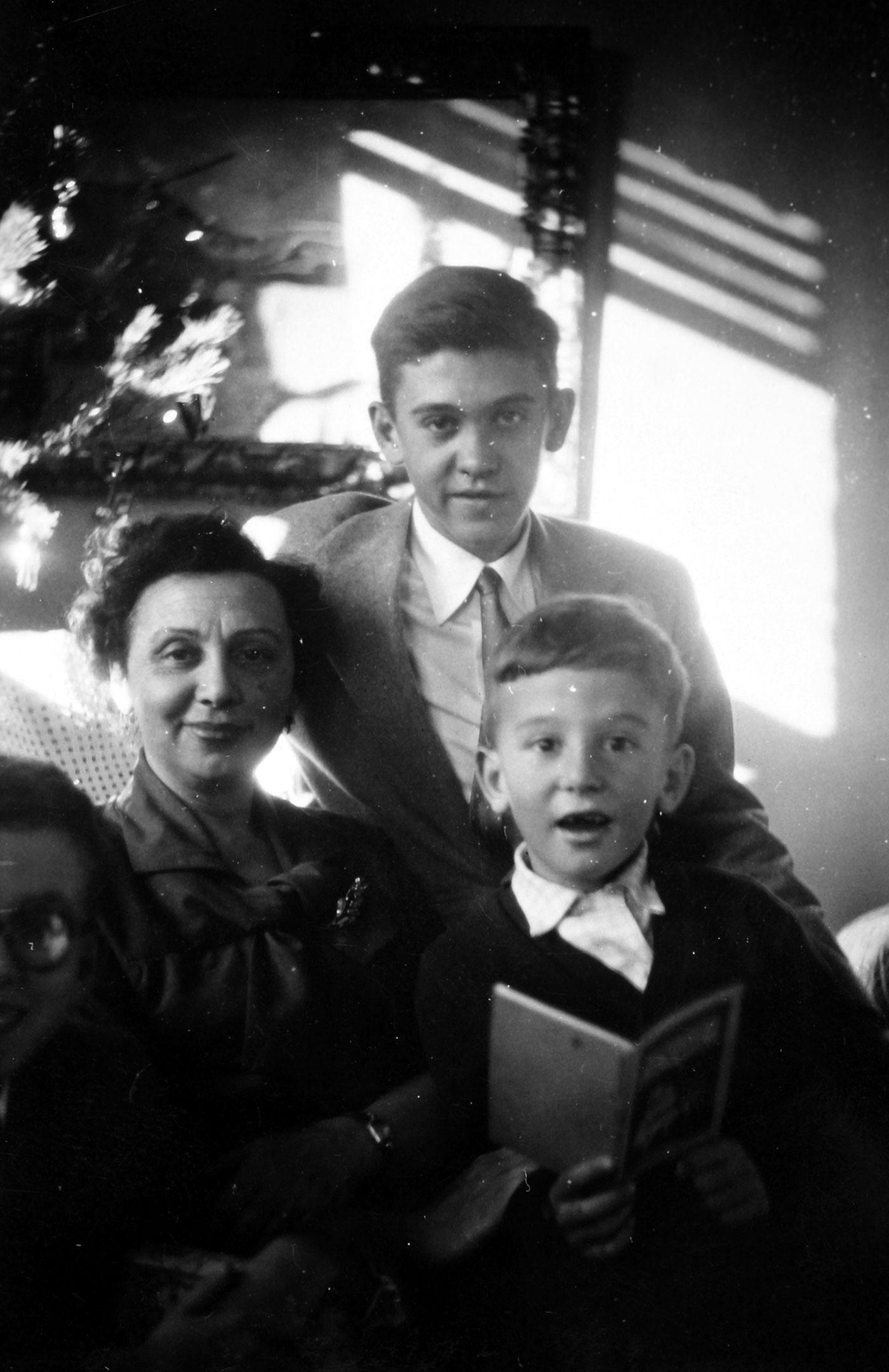 María Planas rodeada de sus hijos Patrick, Jorge y Ramón, que asoma por una esquina.. Foto cedida por Ramón Buckley.
